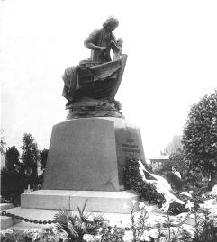 Monument to Peter the Great (Tsar-Carpenter) on Admiralteyskaya Embankment. Photo, 1910.