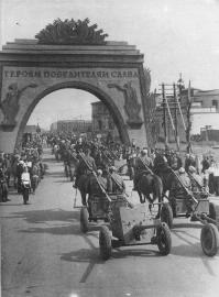 Artillery Guards are Marching Past the Triumphal Arch on Mezhdunarodny Avenue. Photo by B. Utkin. July 8, 1945.