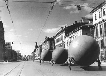 Aircraft Balloons on the Avenue of 25th October. Photo by D.Trakhtenberg. 1941.