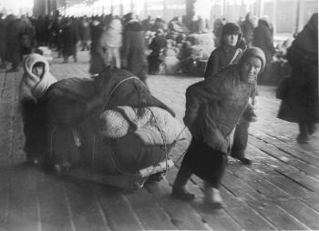 Evacuees at the Finlyandsky Railway Station. Photo by G.Konovalov. March 5, 1942.