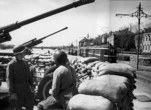 An Anti-Aircraft Battery on Universitetskaya Embankment. Photo, 1942.